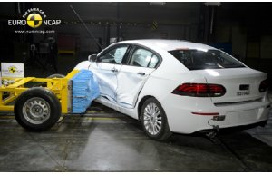 La Qoros 3 Sedan durante una prova del Crash test